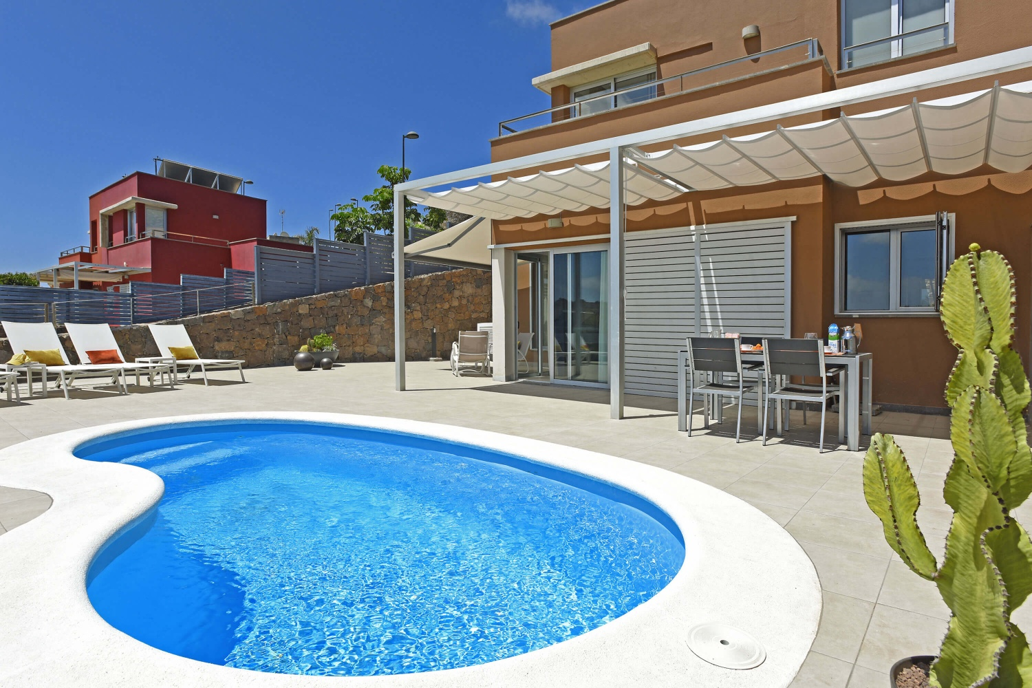 New and comfortably furnished holiday home with large terrace, private pool and beautiful view of the golf course