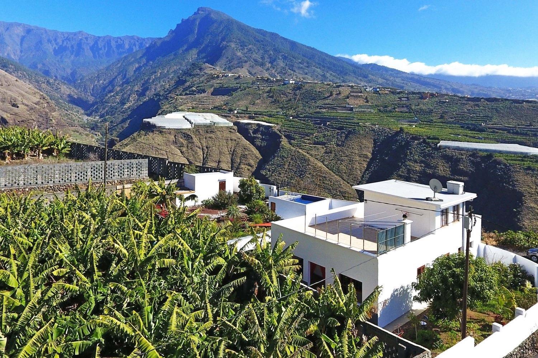 Vakre feriehus med peis, privat basseng og takterrasse med fantastisk utsikt over havet og fjellene
