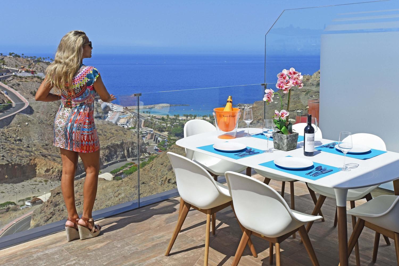 Neu und modern, die Wohnung mit Garage und Gemeinschaftspool bietet eine ideale Unterkunft mit herrlichem Blick auf den Strand von Amadores und den Atlantik