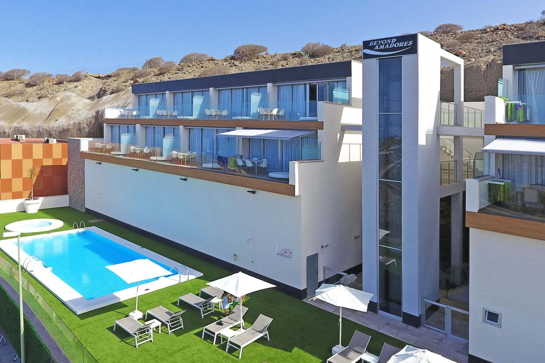 Strandvakantie op een toplocatie: het nieuwe en moderne appartement bevindt zich boven Amadores met een prachtig strand en de beroemde Amadores Beach Club
