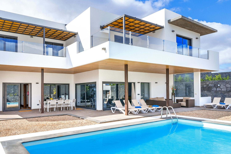 Moderne og romslig villa med oppvarmet basseng og grillplass i et boligområde med utsikt over sjøen