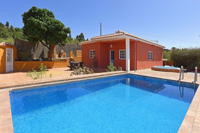 Fint hus med privat basseng og boblebad i det grønne området Puntagorda med utsikt over landskapet og havet