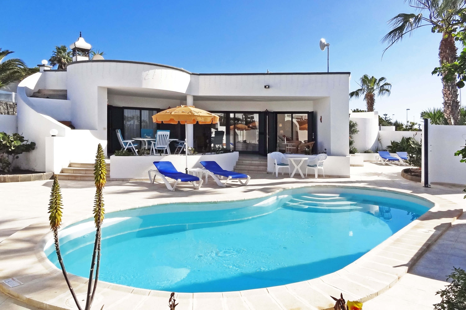 Two bedroom holiday home with large outside area and private pool in a beautiful area of Playa Blanca.