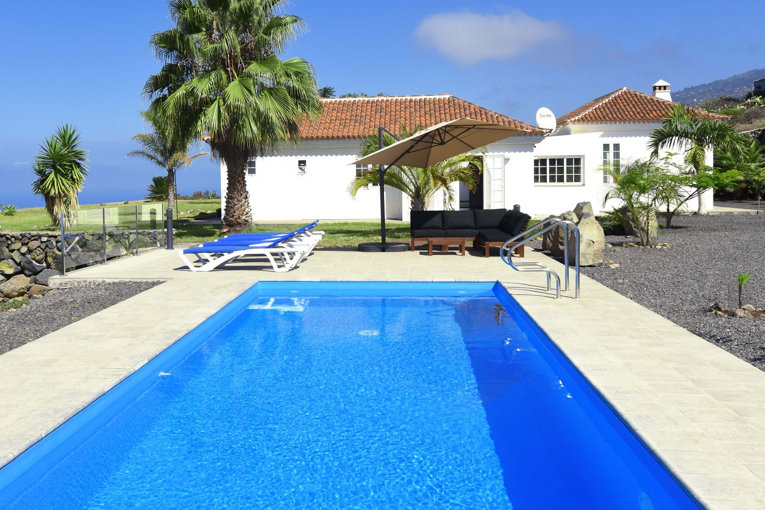Very nice modern villa with private pool and stunning panoramic views of the Atlantic Ocean. The very well equipped holiday home is ideal for a La Palma vacation with all comfort.