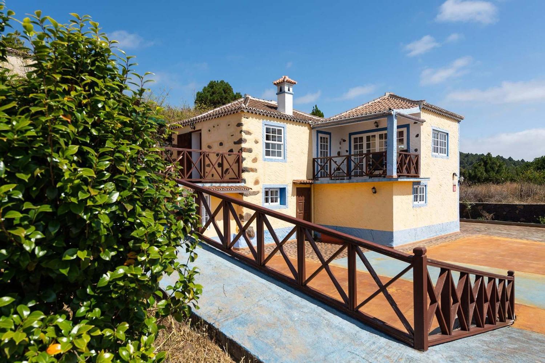 Typisk canarisk hus med separat studie for op til 12 personer med smuk udsigt over havet og bjergene