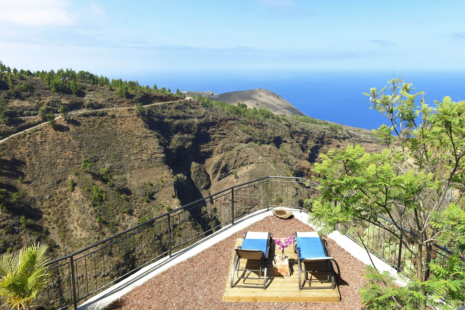 Canarian country house restored and tastefully furnished with spectacular views over the sea and the Izcuagua ravine