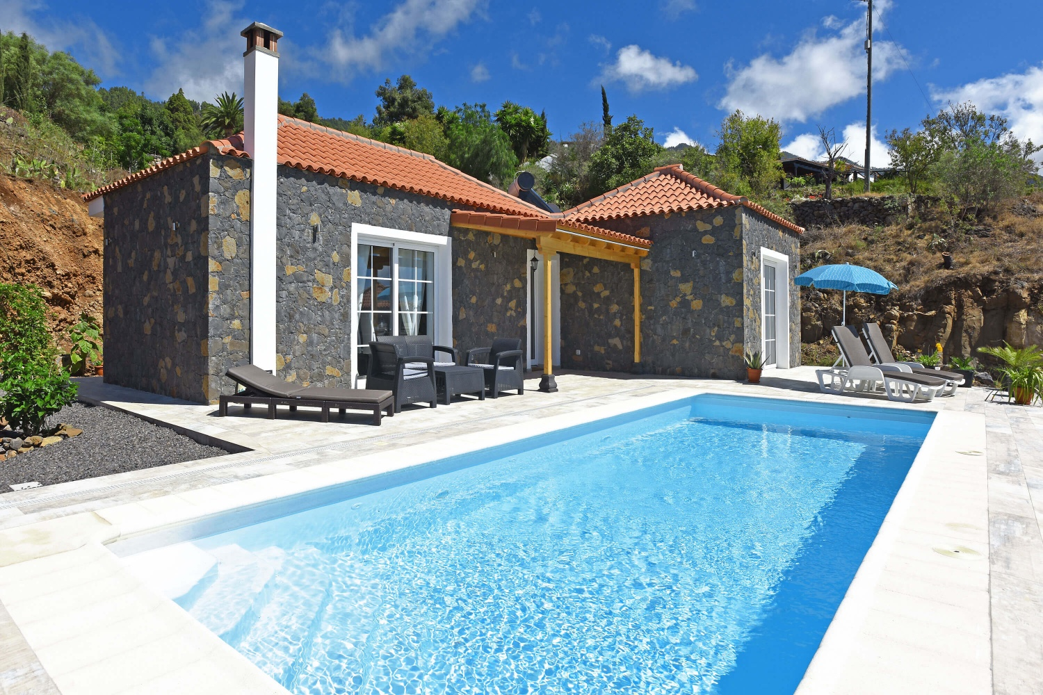 Beautiful stone house of recent construction with modern interior, fireplace, private pool and barbecue on the terrace to enjoy the wonderful views