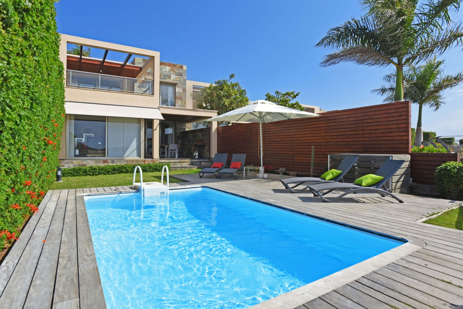 Modern 3 bedroom villa with private pool in a well maintained complex with beautiful views of the golf course and the sea