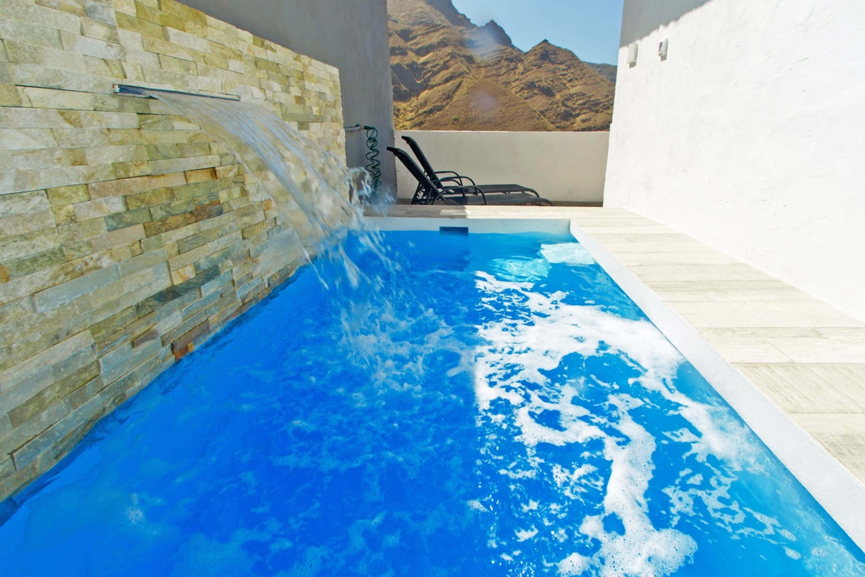 Kaunis ja moderni talo sijaitsee asuinalueella, jossa on oma uima-allas ja näköala merelle ja Agaeten vuorille, Gran Canarian luoteisosassa