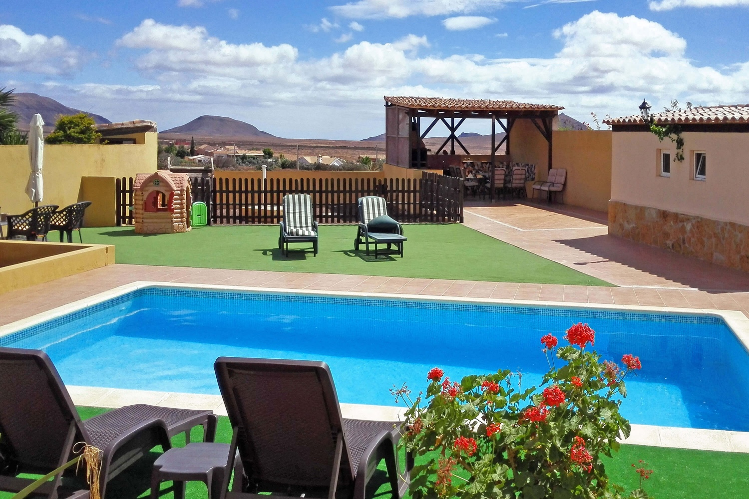 Very comfortable country house with large pool and spectacular views of the volcanic landscape of Fuerteventura