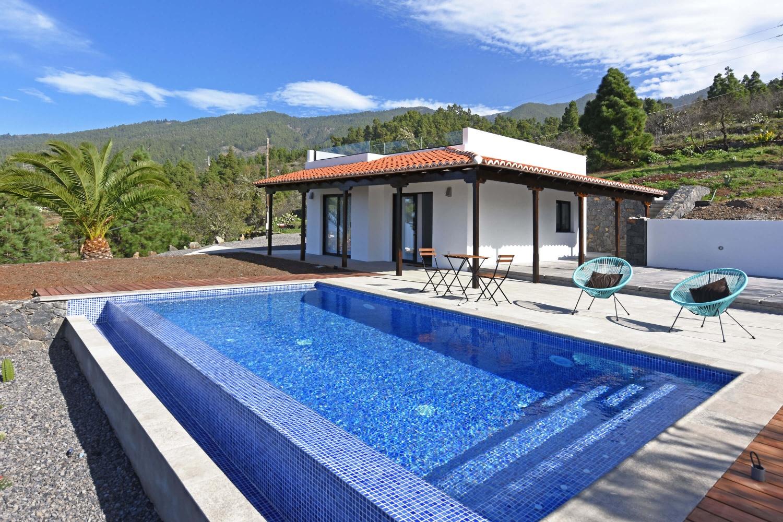 Sehr schönes, kleines Ferienhaus mit modernen Möbeln und privatem Pool. Der ideale Ort zum Entspannen und als Ausgangspunkt für Ausflüge und zum Wandern.