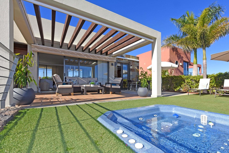 Modernt fritidshus med jacuzzi och underbar utsikt över golfbanan och havet söder om Gran Canaria