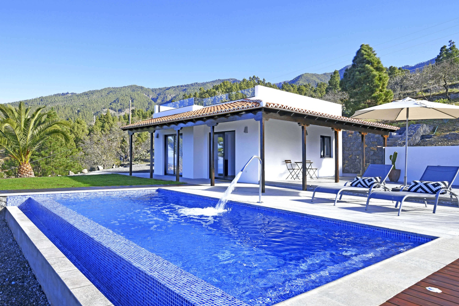 Very nice, small holiday home with modern furniture and private pool. The ideal place to relax and as a starting point for excursions and for hiking.
