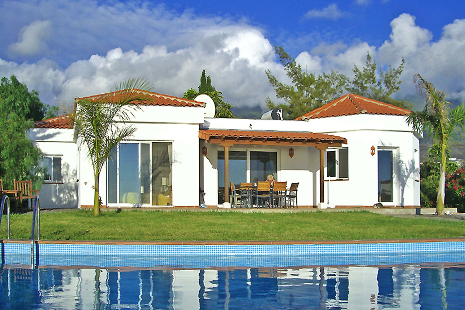 Beautiful villa with private pool and sea views with well-kept gardens on the coast of Tazacorte
