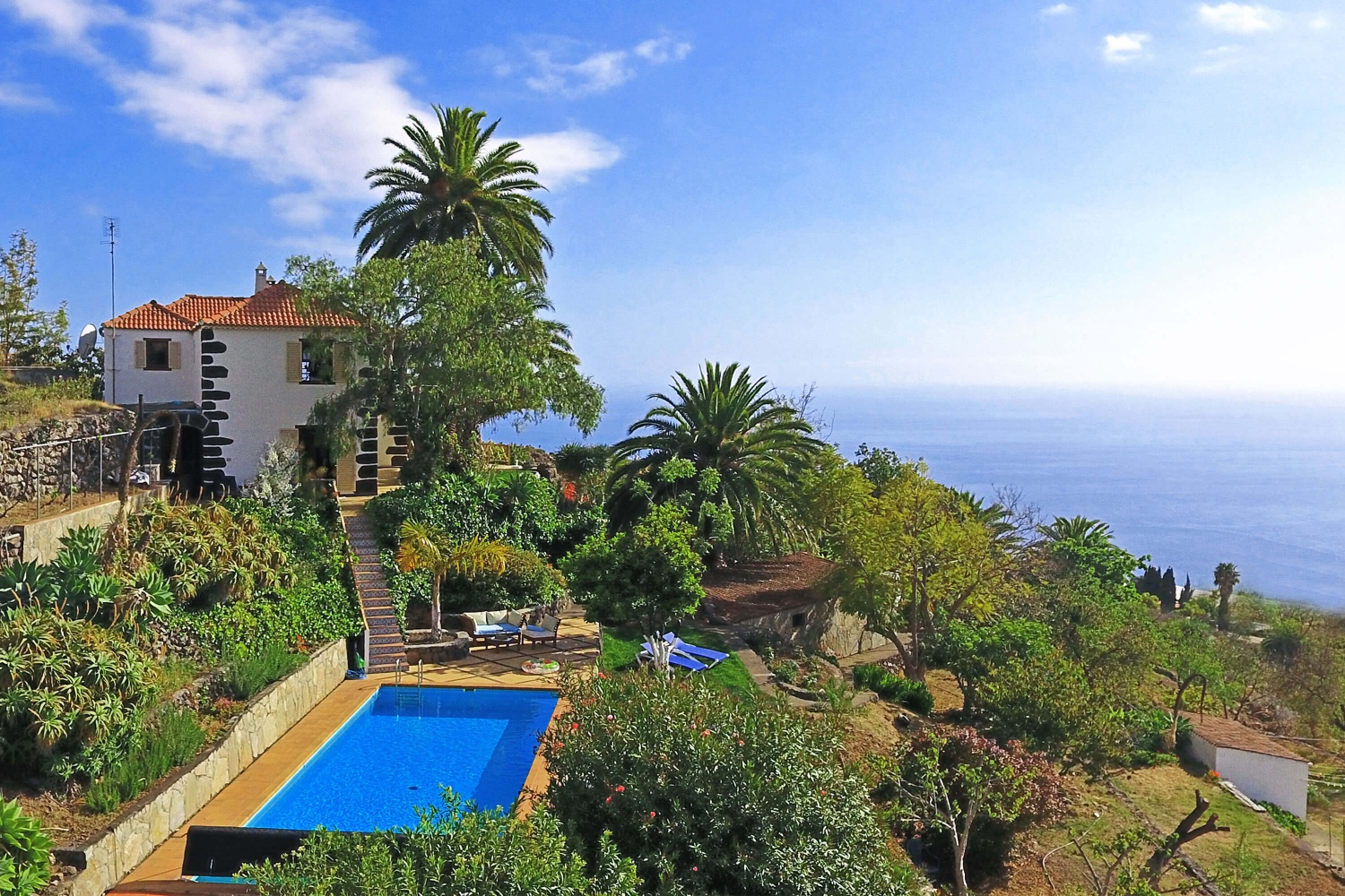 This typical Canarian property beautifully restored in a lush garden with private pool is located in Tijarafe, in the west of La Palma with magnificent views of the countryside and the Atlantic Ocean.