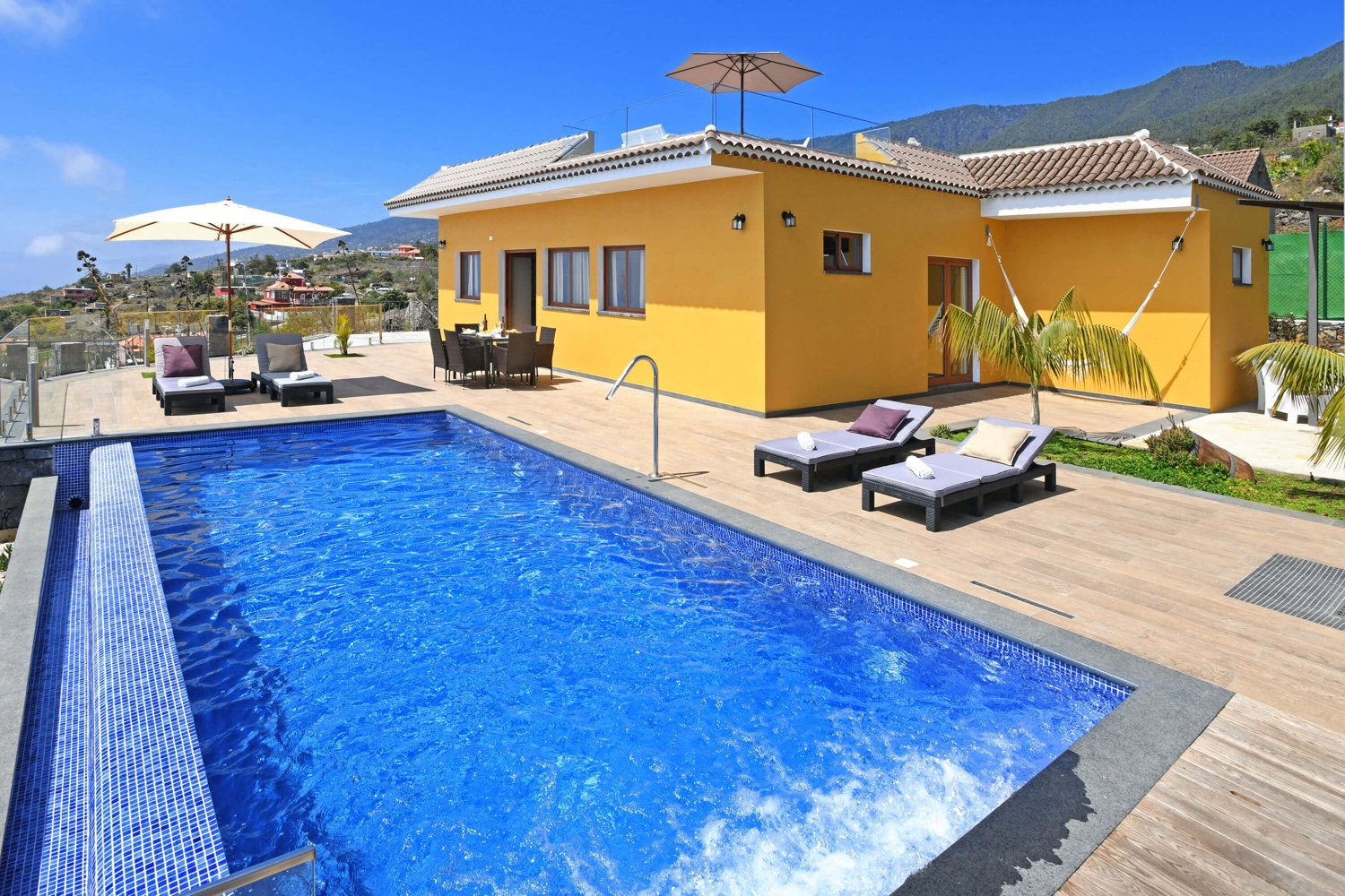 Wonderful holiday home with panoramic views over the Atlantic Ocean in the popular and sunny west of the island of La Palma: ideal for a relaxed family holiday