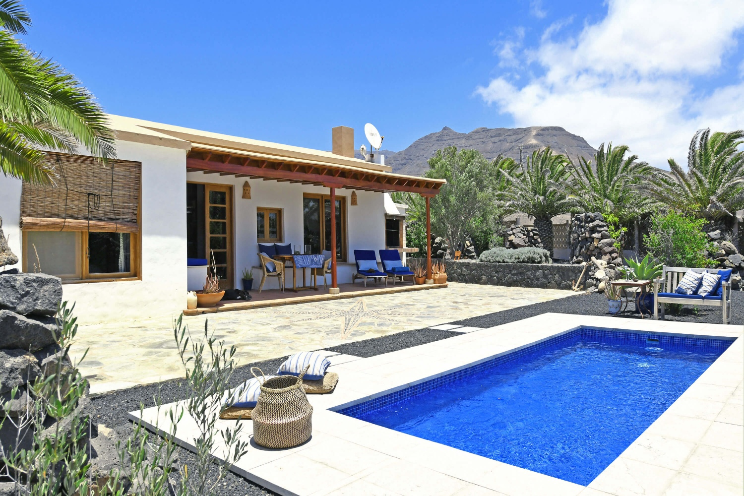 Beautiful two bedroom house to rent in a quiet area near the beach and with beautiful views of the volcanic landscape