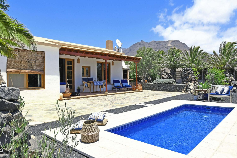 Schönes, rustikales Ferienhaus mit zwei Schlafzimmern in einer ruhigen Gegend nahe dem Strand und mit schönem Blick auf die Vulkanlandschaft