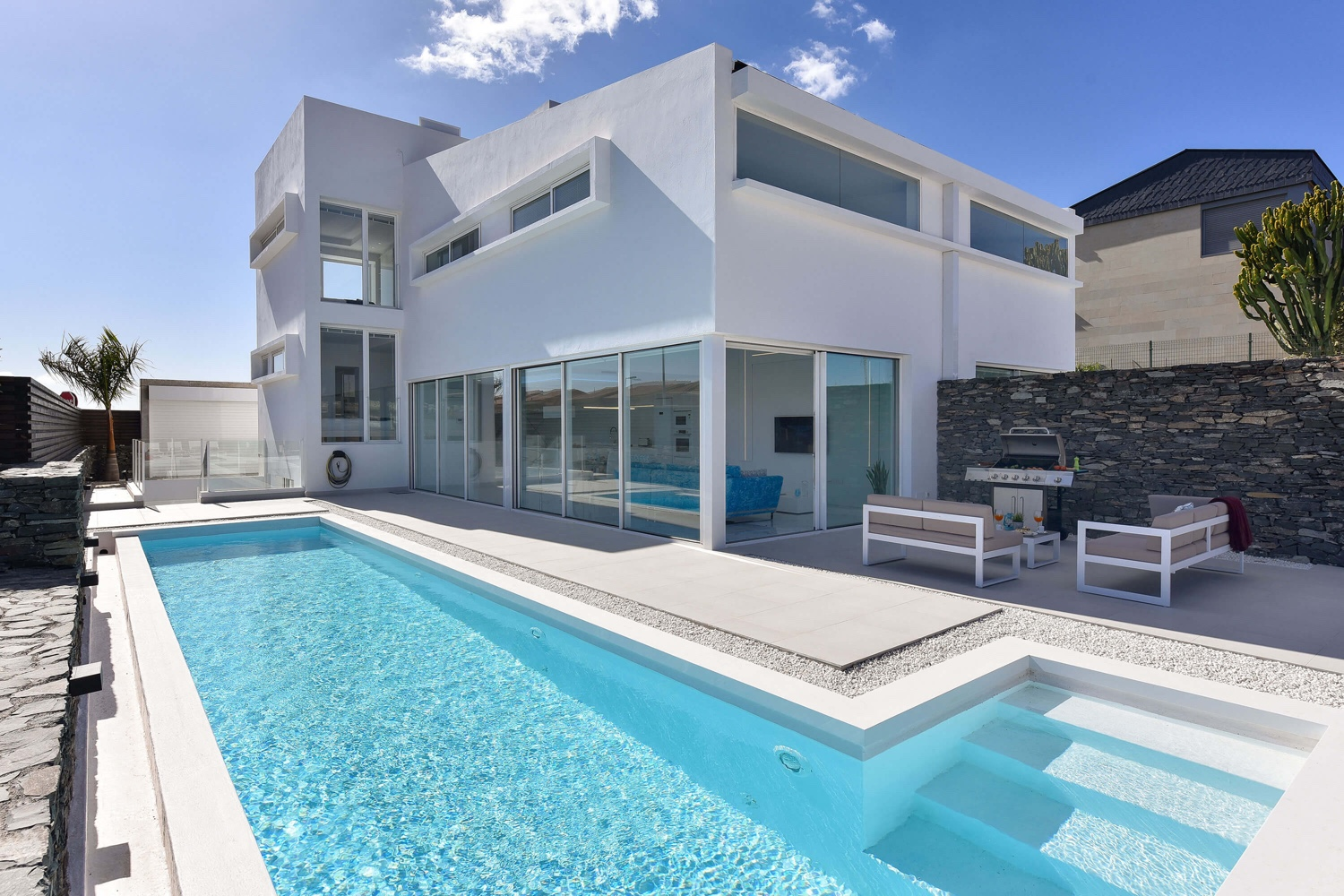 Modern luxury villa over 4 levels with high-quality equipment, large heatable private pool and ideal location only a few minutes from the beach of Meloneras and Maspalomas