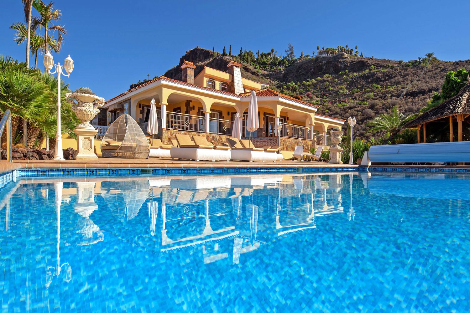 Spectacular holiday villa with a special touch in the most beautiful panoramic situation overlooking the sea and mountains, swimming pool, gym, sauna and a steam bath make the exclusive holidays perfect.