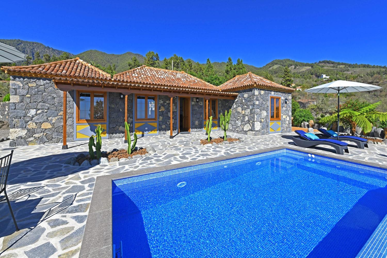 Romantisk landsted med privat pool i de grønne bjerge i La Palma med storslået udsigt over Atlanterhavet og stjernehimmelen om natten