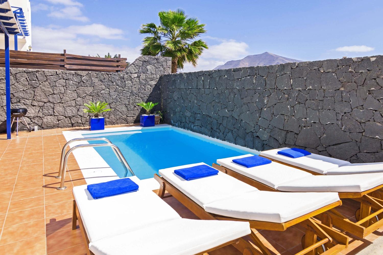Modern villa med 2 våningar och 3 sovrum, med uppvärmd pool och WiFi nära Puerto Marina Rubicon och Las Coloradas-stranden