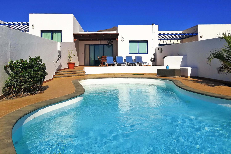 Geräumige und helle Villa in der Gegend von Las Coloradas mit herrlichem Blick auf das Meer und Fuerteventura und privatem beheizbaren Pool