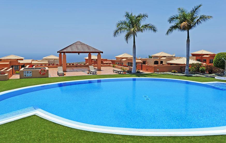 Villa i den soliga södra delen av ön Teneriffa, med stor gemensam pool och nära golfbanan och stränderna i Costa Adeje