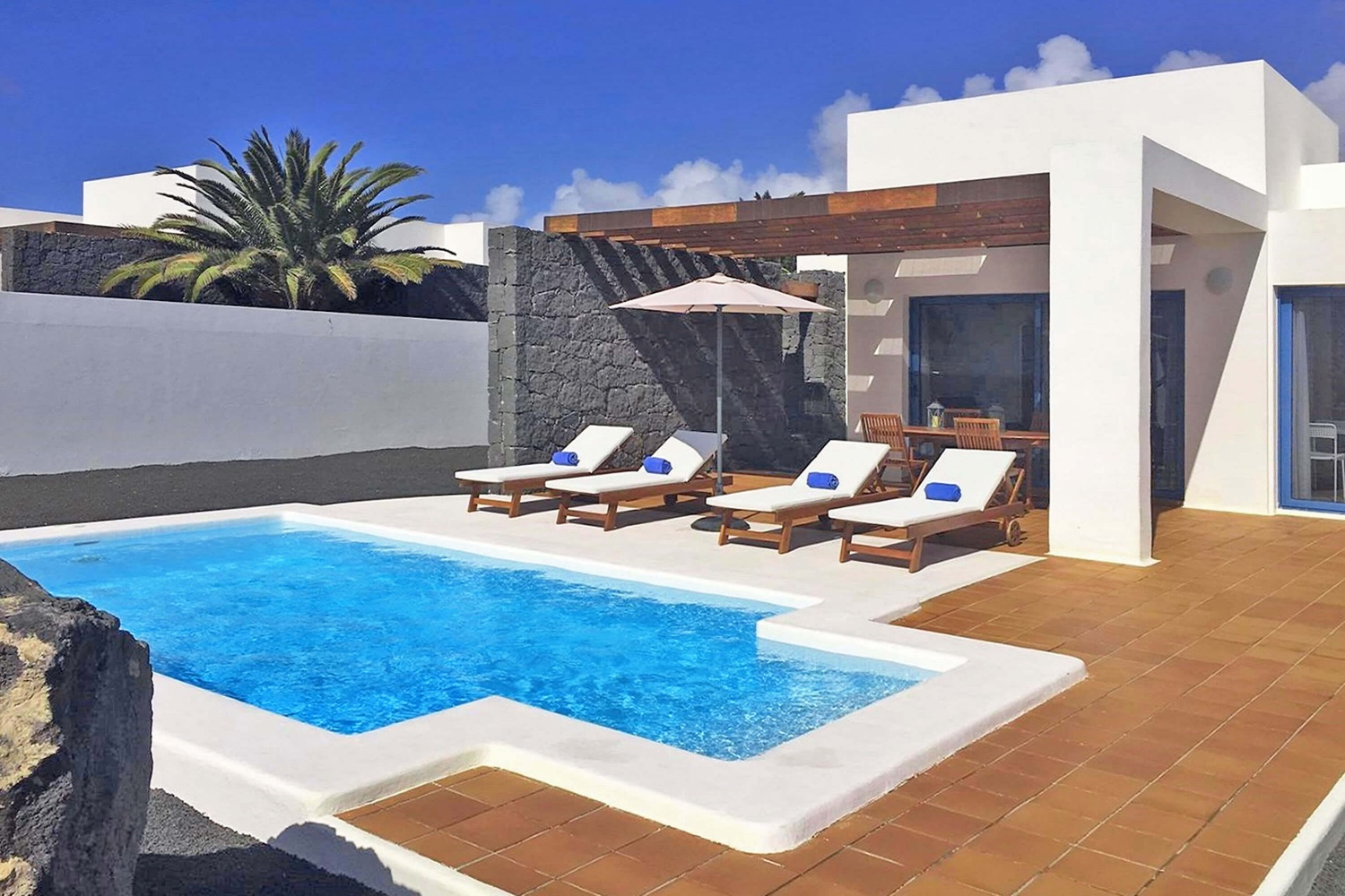Beautiful villa with views within a residential near the center of Playa Blanca with 2 bedrooms, private heatable pool and wifi