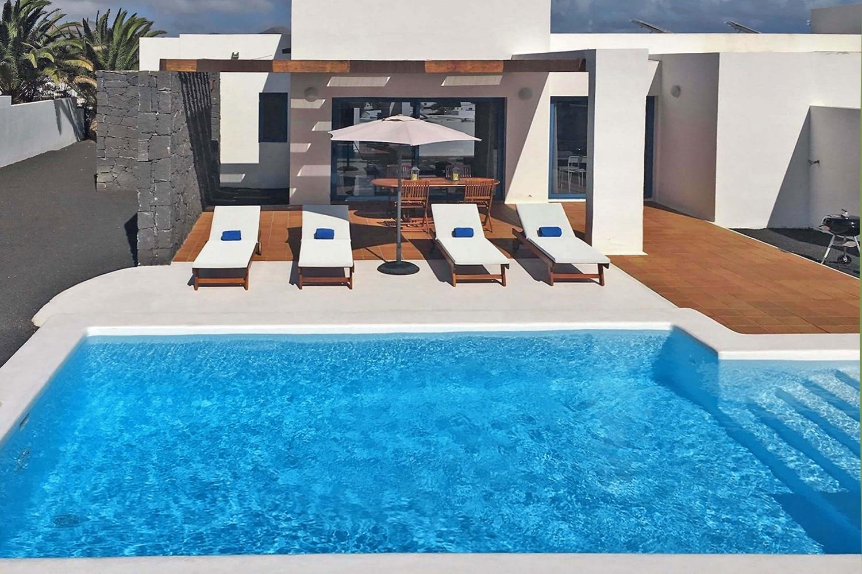 Fremragende villa med privat opvarmet pool, godt beliggende i skråningerne af vulkanen Montaña Roja og med smuk udsigt over naturmonumentet