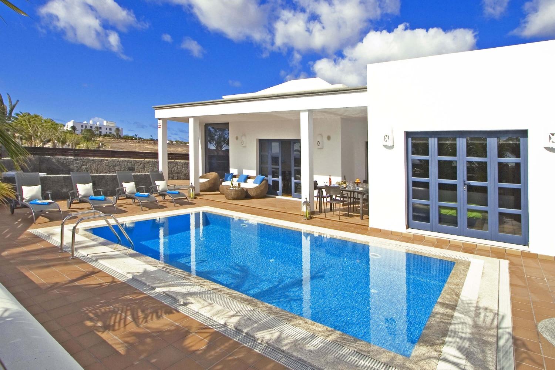 Villa moderna con excelentes interiores, sauna y piscina privada climatizada situado cerca de la sofisticada Marina Rubicán en el sur de la isla