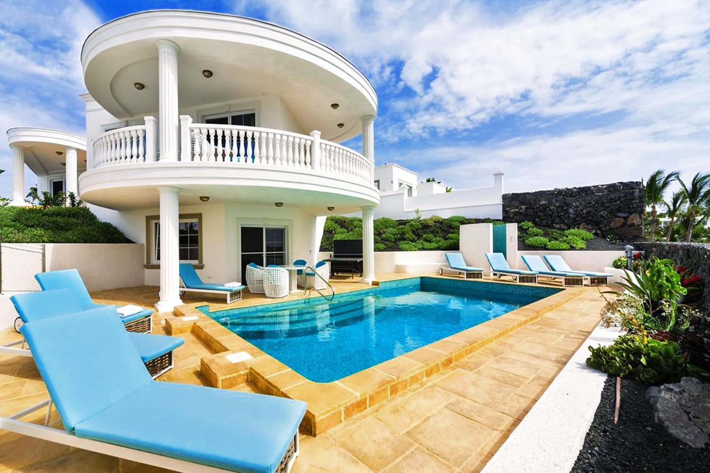 Diese außergewöhnliche Villa in bester Lage am eleganten Yachthafen von Puerto Calero bietet beste Wohnqualität kombiniert mit herrlichem Blick über den Atlantik