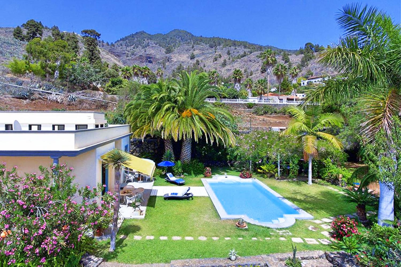 Rummelig kolonistil villa med stor privat pool og dejlig overdækket terrasse med udsigt over den smukke have og dalen Los Llanos de Aridane