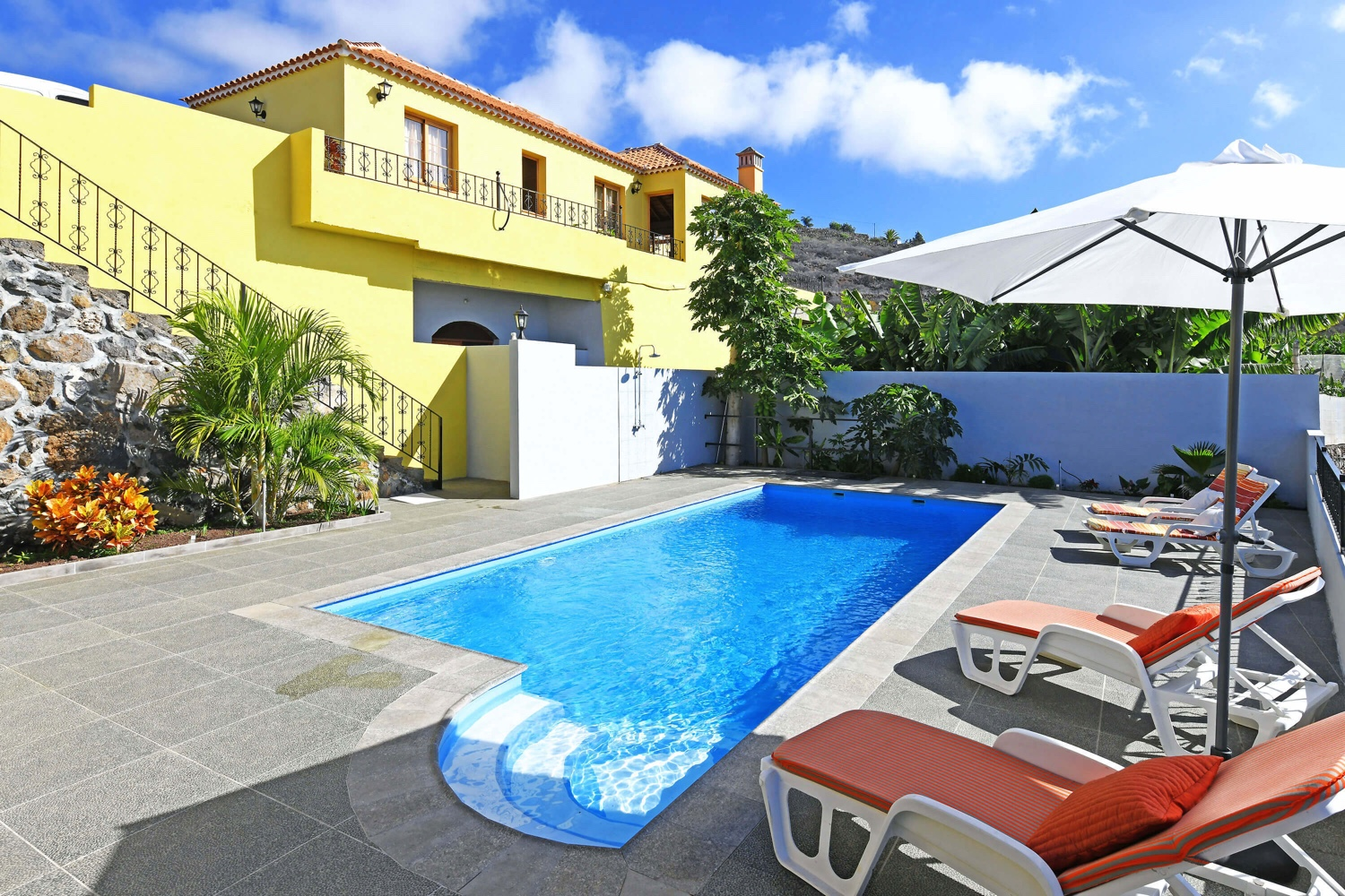 Holiday house with typical Canarian style, fantastic views of the sea and mountains and a beautiful pool area with a perfectly equipped barbecue pavilion
