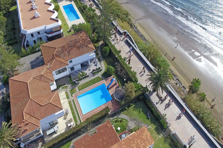 Storslått moderne villa foran stranden med felles svømmebasseng og direkte tilgang til promenaden