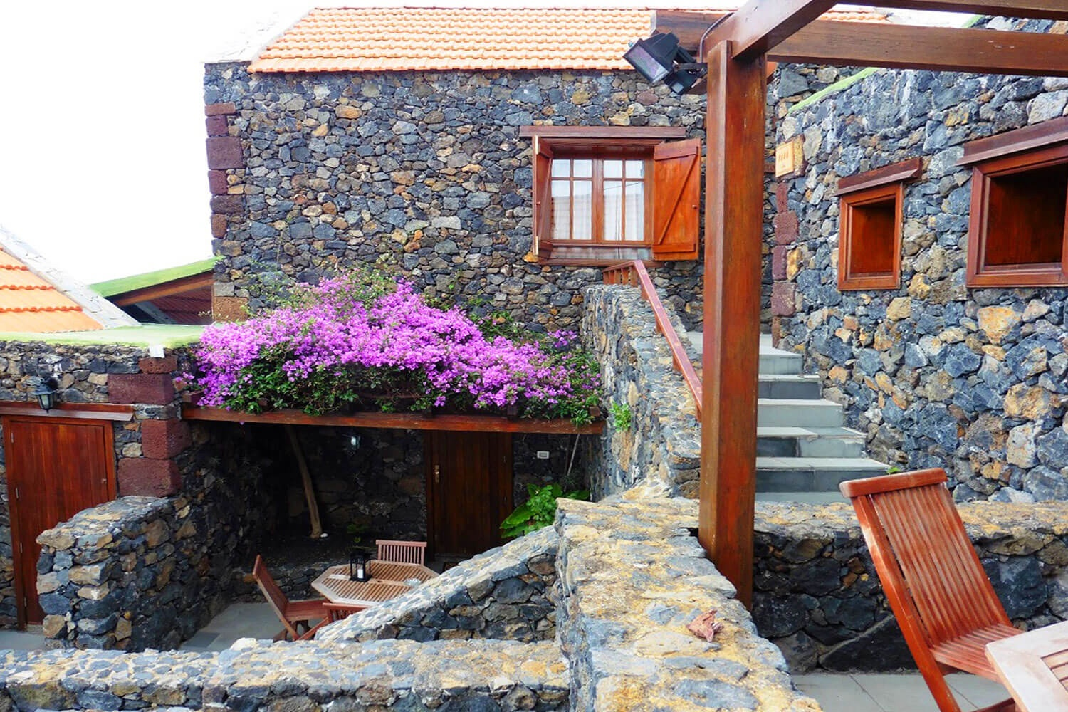 This typical Canarian stone house for 4 people is part of a very well renovated 3-unit complex in the village of El Mocanal with beautiful views of the landscape and the Atlantic