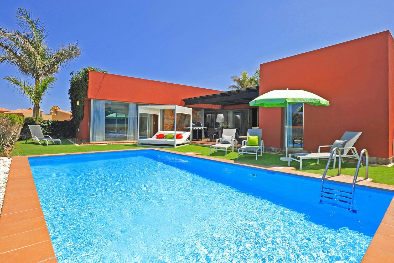 Verdiepingen tellende villa met ruime kamers en een mooie buitenruimte met groot privé zwembad en gas BBQ