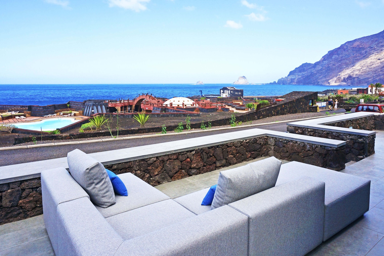 Típica casa canaria de roca volcánica situada a primera linea de mar, donde disfrutará de unas vistas al Océano Atlántico inmejorables.