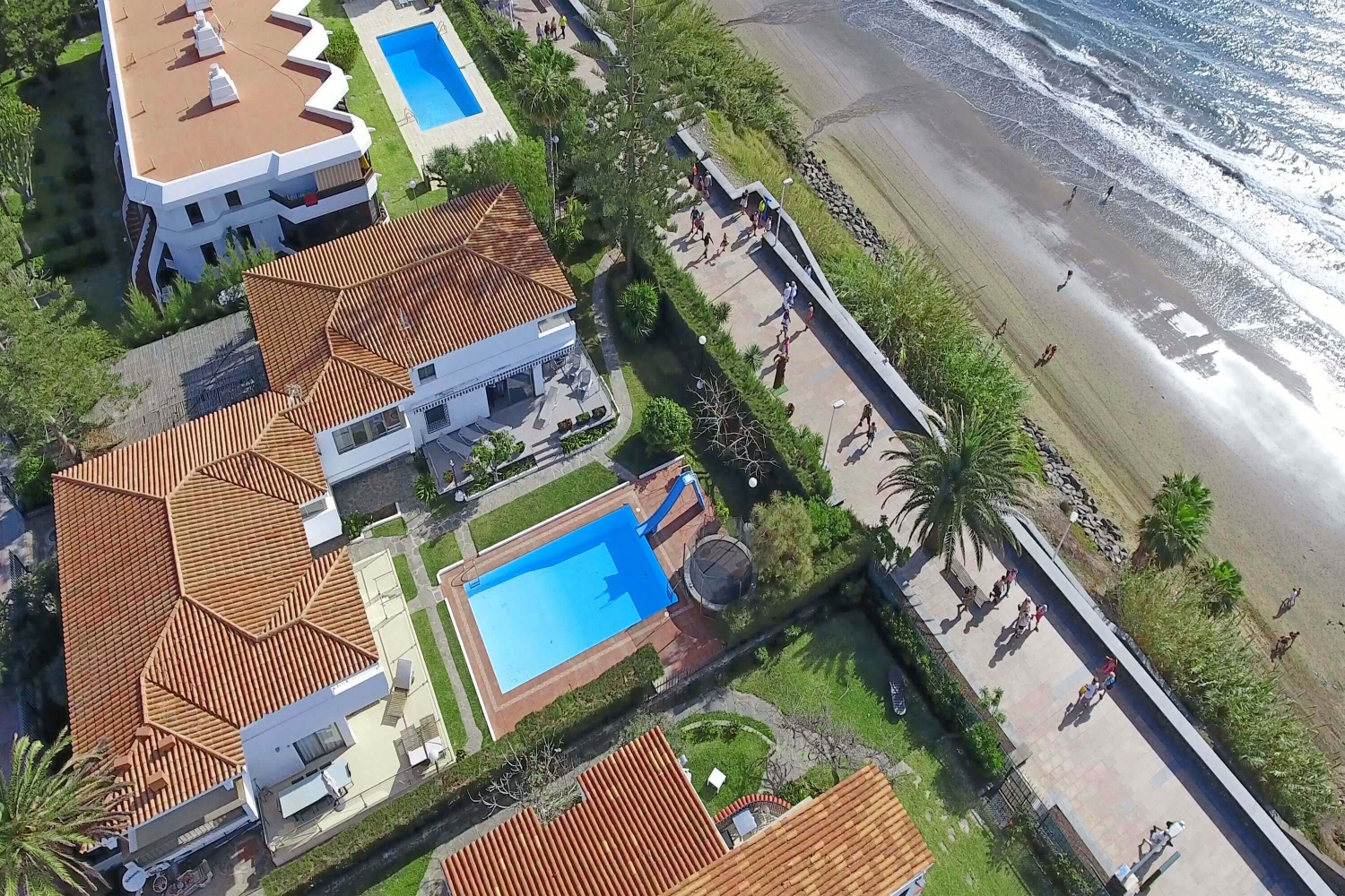 Magnificent modern villa in first line on the beach with communal pool and direct access to the promenade