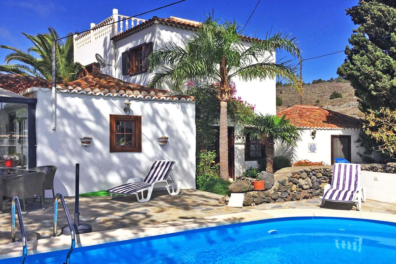 Landvilla mit einer Kombination aus rustikalen und modernen Elementen mit Privatpool und Wintergarten mit einer spektakulären Aussicht auf das Meer.