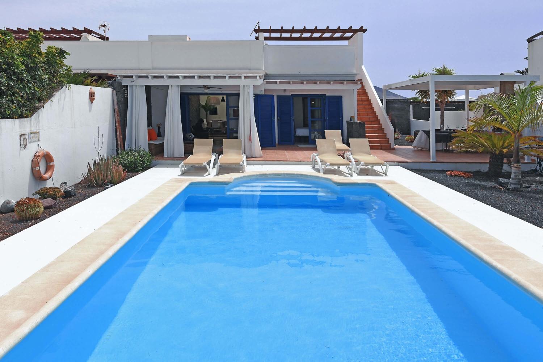 Villa mit 3 Schlafzimmern und schönem Aussenbereich mit beheizbarem Privatpool zum Entspannen in Playa Blanca