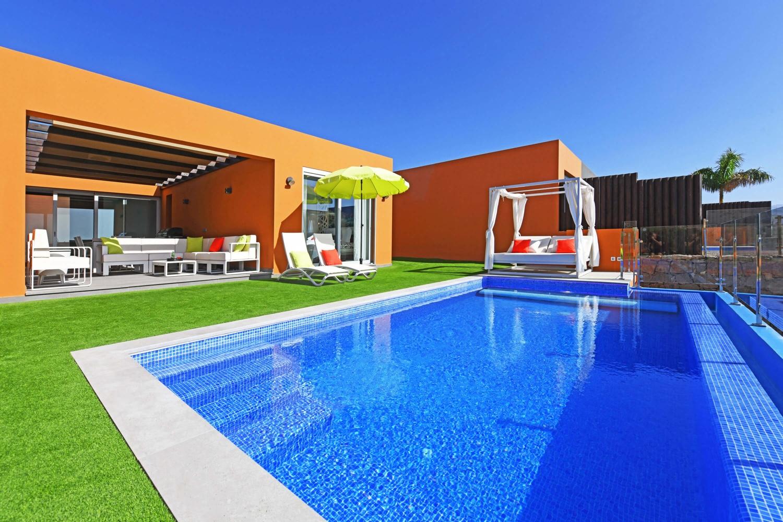 ERÖFFNUNG: Moderne Luxusvilla mit allem Komfort, geschmackvollem Interieur und einem gemütlichen Außenbereich mit Sonnenterrasse, Privatpool und Meerblick sowie einer Terrasse mit Essbereich