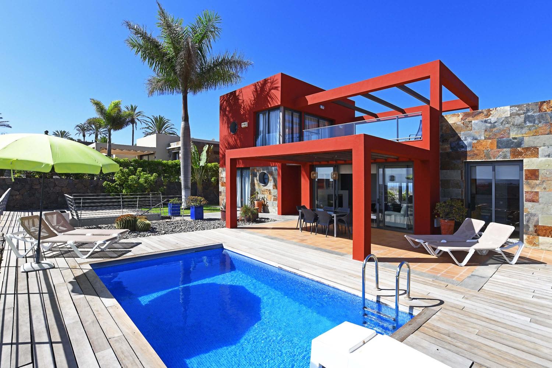 Villa op twee verdiepingen met een modern design, een aangename buitenruimte en een eigen zwembad