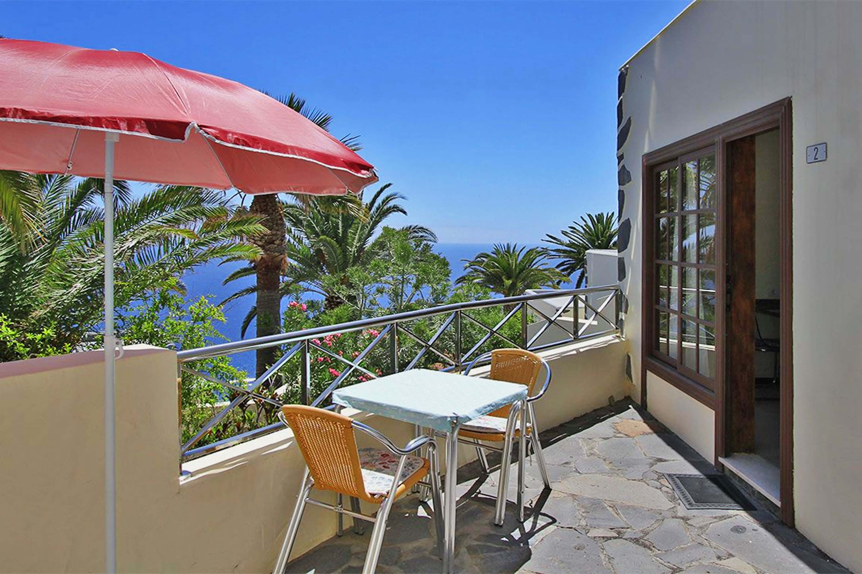 Schön ausgestatteter Bungalow für 2 Personen mit Gemeinschaftspool und wunderschönem Meerblick für einen entspannten Urlaub in Puerto Naos
