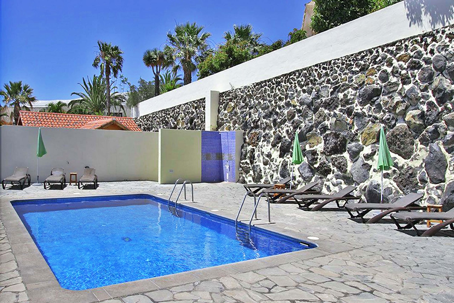 Nicely equipped bungalow for 5 people with community pool and beautiful sea views for a relaxing holiday in Puerto Naos