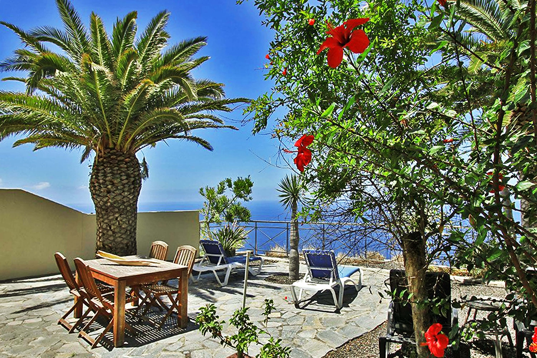 Hyvin varustettu bungalow 4 hengelle yhteisöaltaalla ja merinäköalalla rentouttavalle lomalle Puerto Naosissa