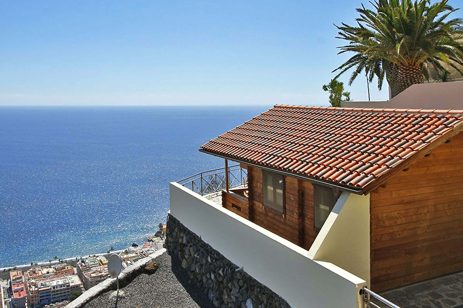 Nicely equipped bungalow for 2 people with community  pool and beautiful sea views for a relaxing holiday in Puerto Naos