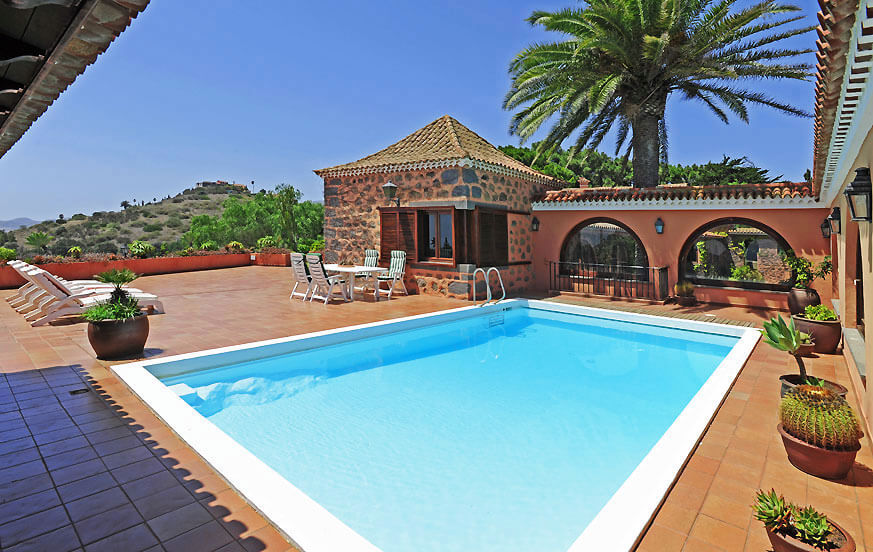 Traditional country house with large gardens, private pool, tennis court and beautiful views of the sea and the golf course