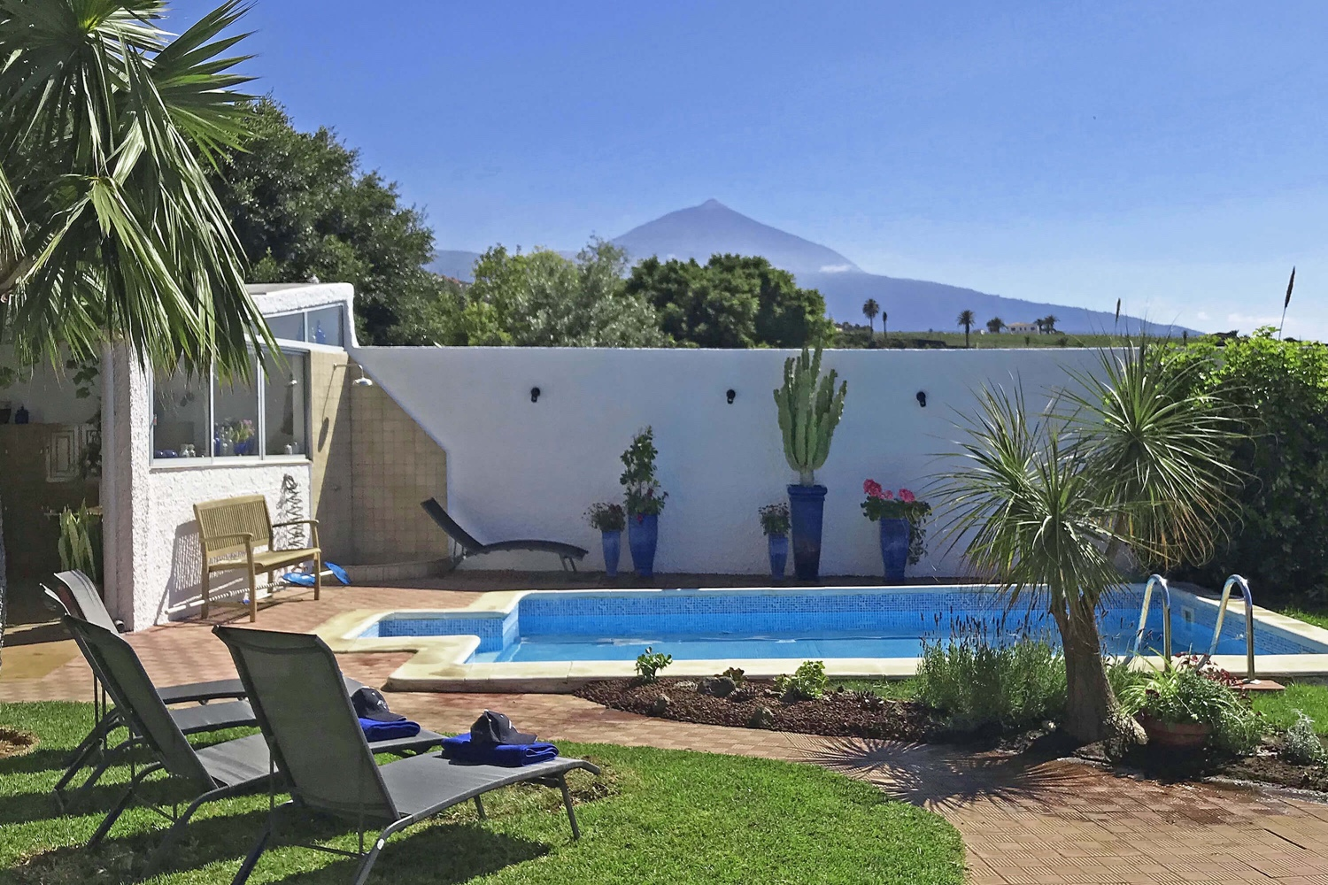 Modern and comfortably furnished holiday villa with 3 bedrooms, private pool and beautiful outdoor area with pavilion to enjoy the fantastic view of the sea and the mountains