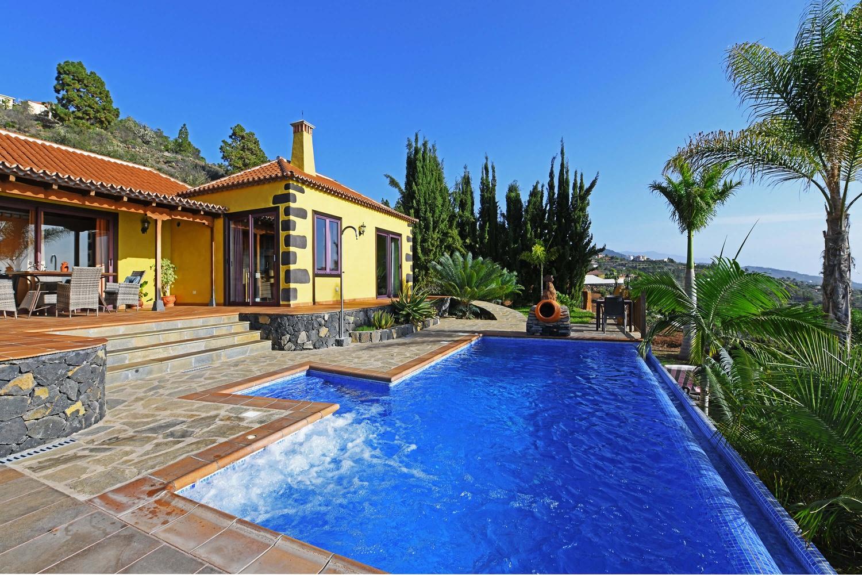 Schönes Ferienhaus mit einem ausgezeichneten Außenbereich, der zum Verweilen auf einer Sonnenliege oder einem erfrischenden Bad in dem beheizbaren Pool einlädt